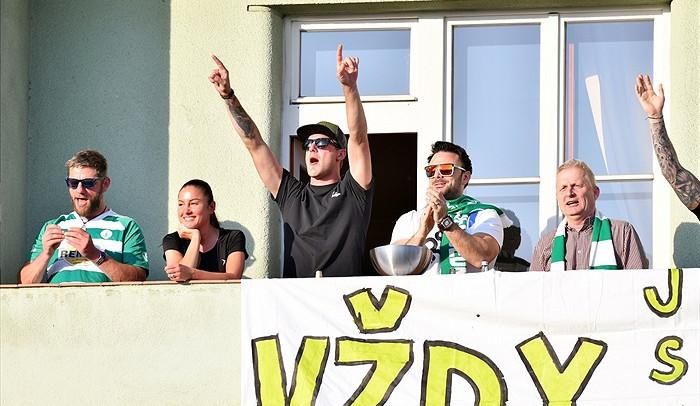 FOTOGALERIE: Fanoušci Bohemky vzali útokem balkony, štafle i strom