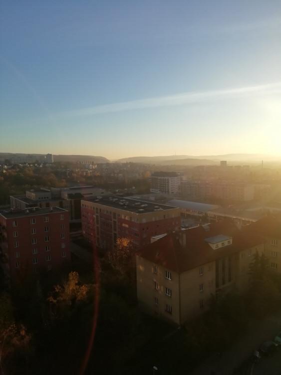FOTOGALERIE: Jaký výhled z okna mají Pražané? Odpadky, parkoviště i krásné západy slunce