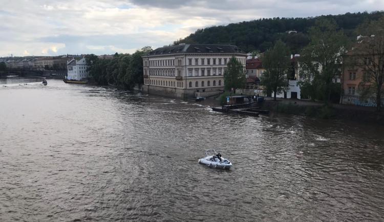 Hladina Vltavy stoupá, nejezdí některé přívozy a policie vyklízí náplavky
